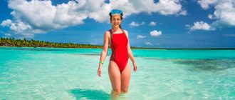 Девушка на пляже в доминикане с маской